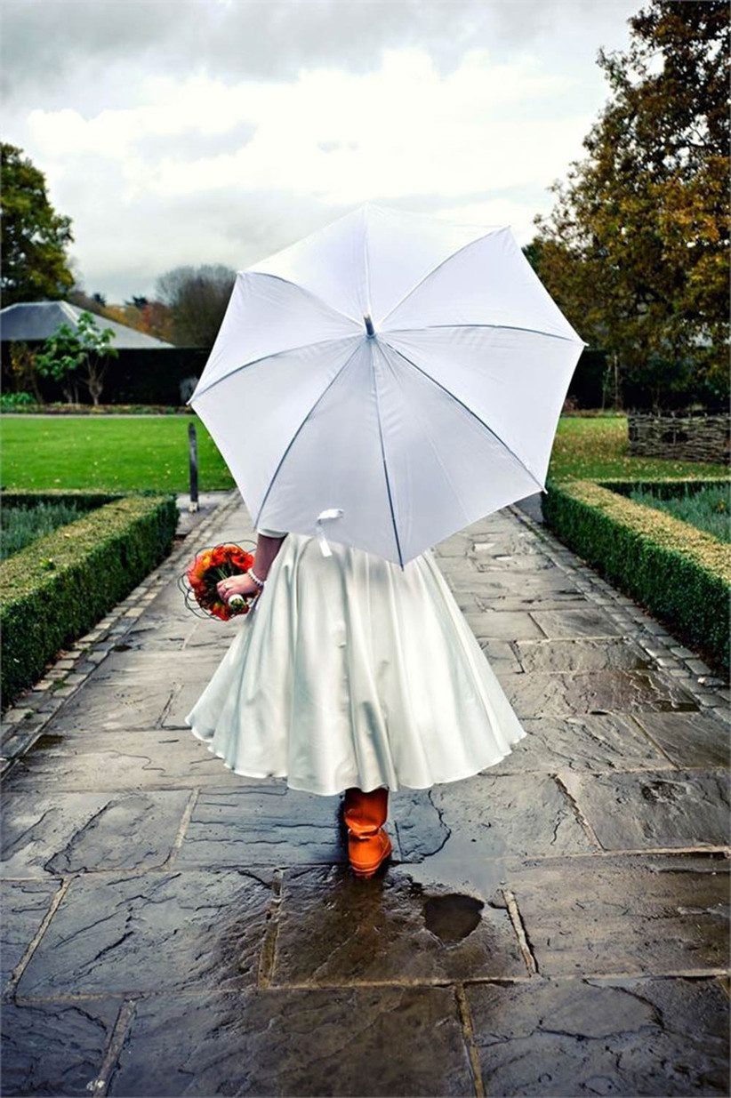 beautiful-rainy-wedding-photography-bride-with-umbrella-2
