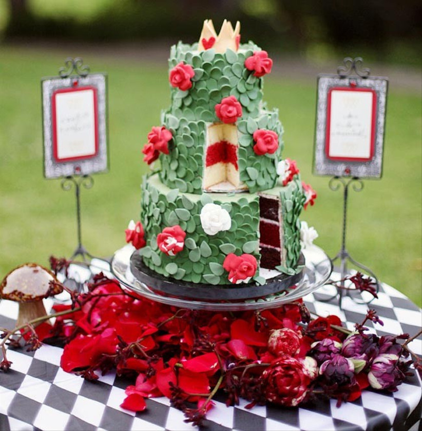 queen-of-hearts-inspired-disney-wedding-cake