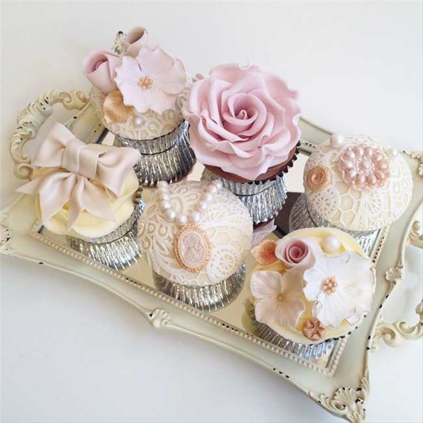 vintage-themed-cupcakes