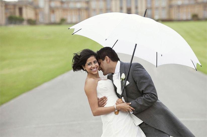 beautiful-rainy-wedding-photography-couple-with-umbrella-2