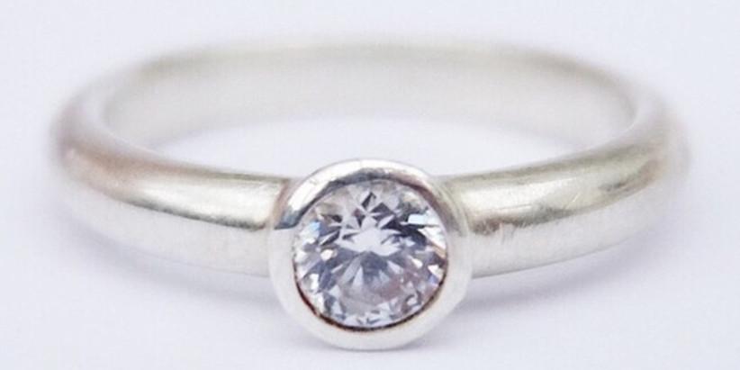 silver-circular-diamond-ring
