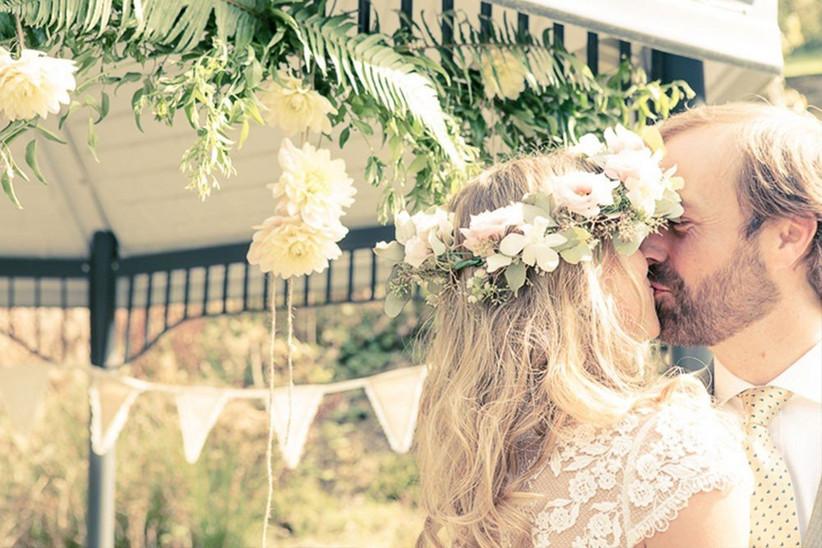 festival-couple-kissing-2