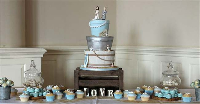we-love-this-beach-themed-wedding-cake-that-has-lots-of-detail
