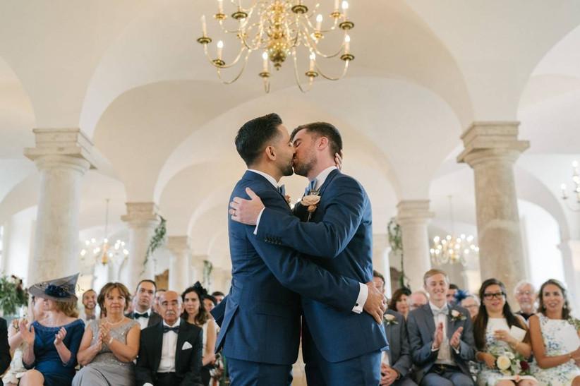 Groom and groom first kiss