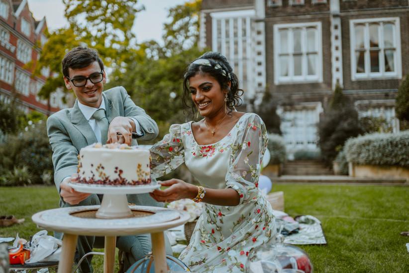 Nirosha and Dafydd cutting the wedding cake