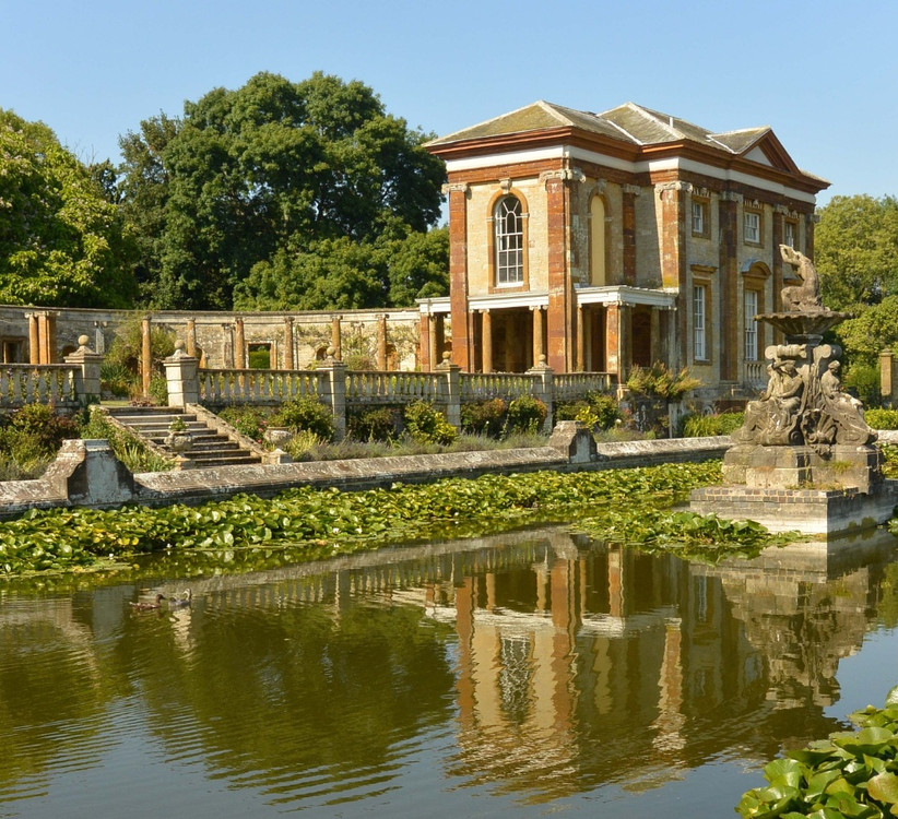 Exterior of Northamptonshire wedding venue Stoke Park Pavilions with fountain