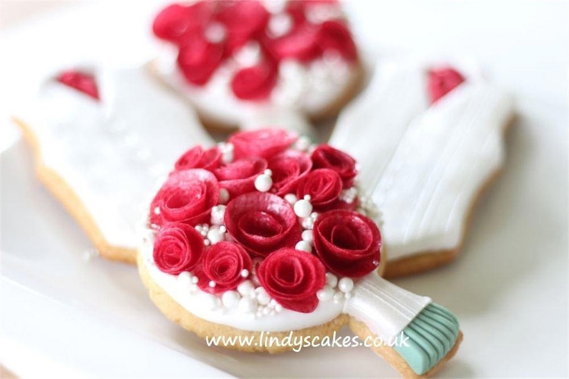wedding-biscuits-decorated-to-look-like-bouquets