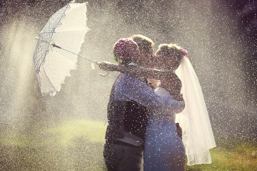beautiful-rainy-wedding-photography-romantic-rain-2