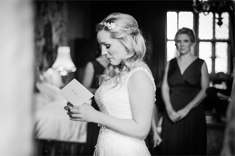 bride-reading-an-emotional-note-2