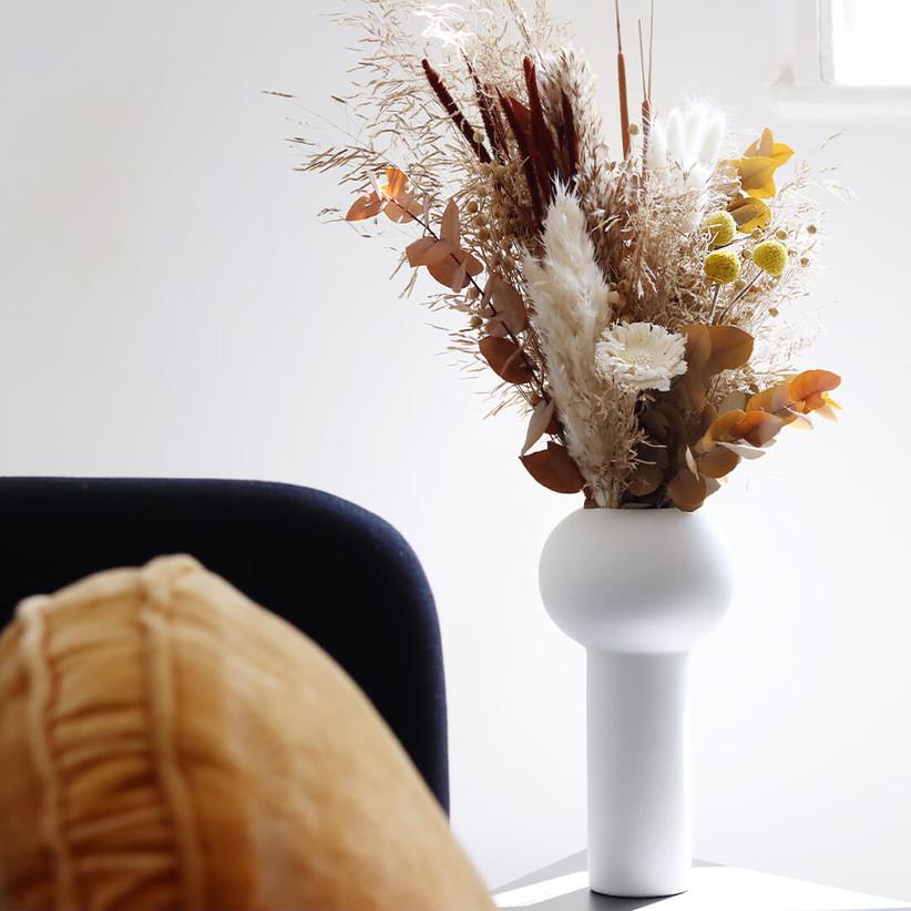 Сушеная цветочная композиция с пампасной травой в белой вазе