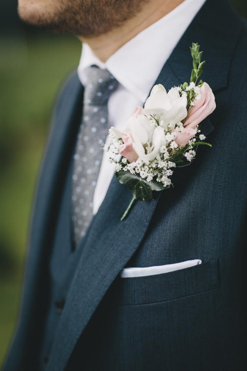 Groom wearing a pink wedding buttonhole