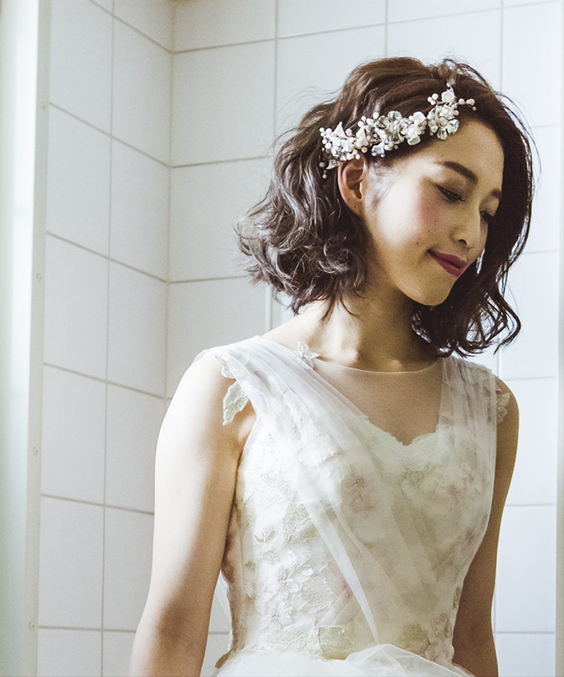 Model with short natural waves and flowers