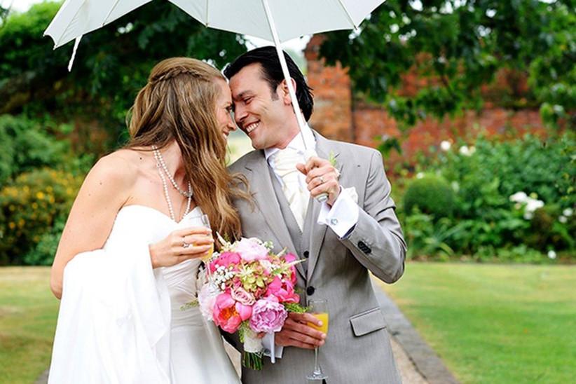 beautiful-rainy-wedding-photography-couple-under-white-umbrella-2