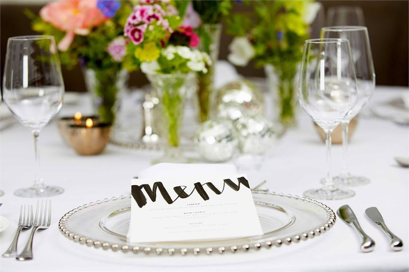 charger-plates-at-the-place-setting
