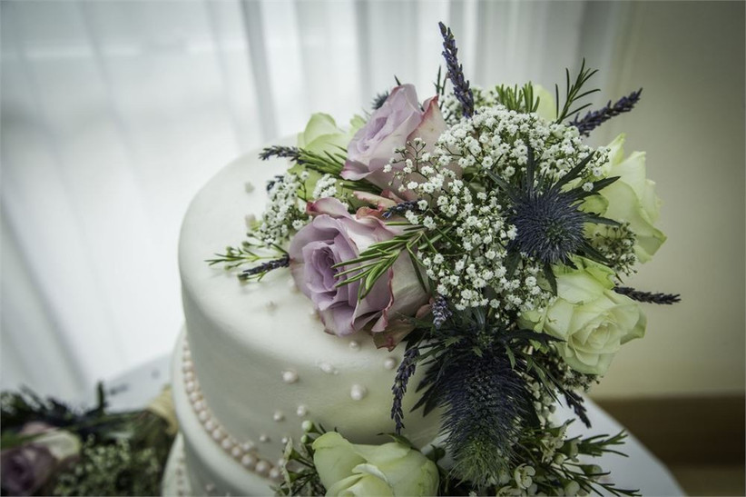 wedding-cake-topped-with-eryngium