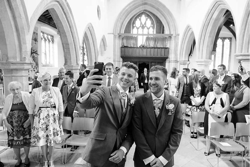 groom-and-best-man-wedding-selfie-2