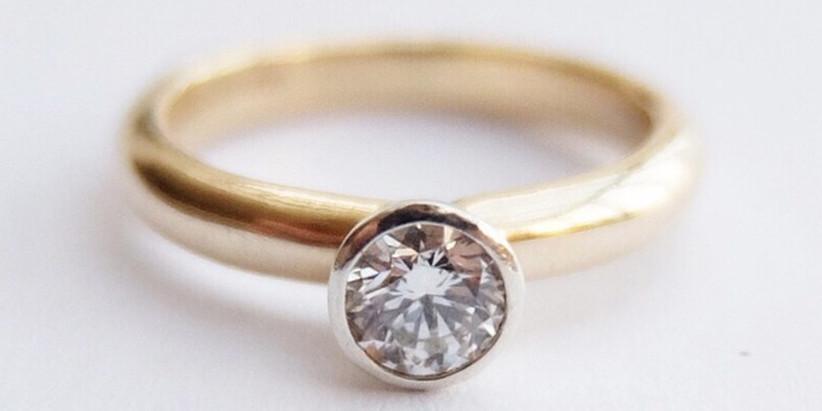 gold-circular-diamond-ring