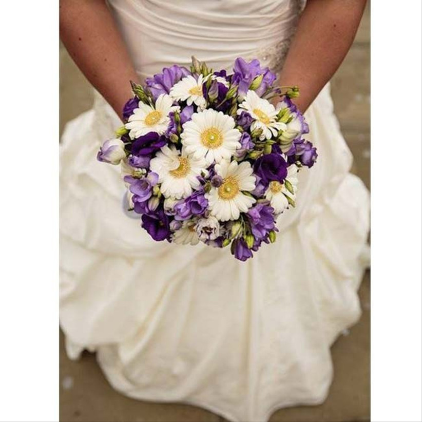 daisies-are-a-pretty-summer-wedding-flower-that-are-youthful-and-fun