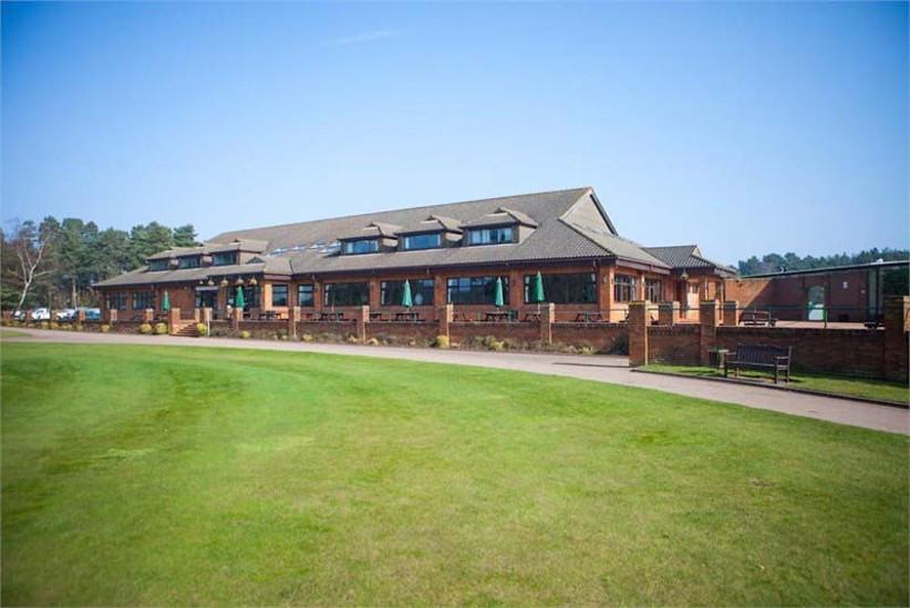 pine-ridge-golf-club-is-a-stylish-sporting-wedding-venue-in-surrey