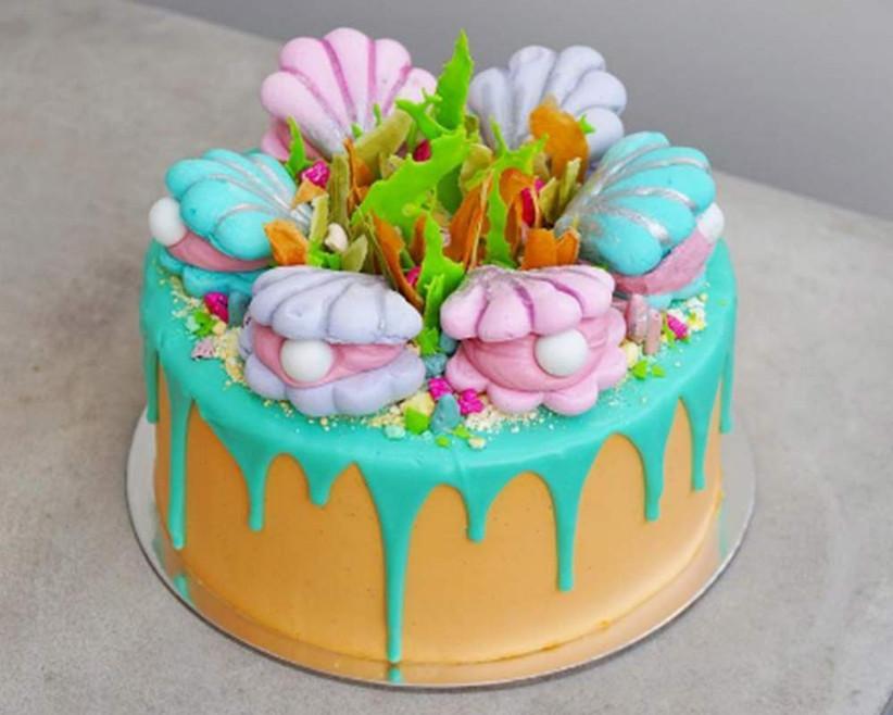 seaside-themed-drip-wedding-cake