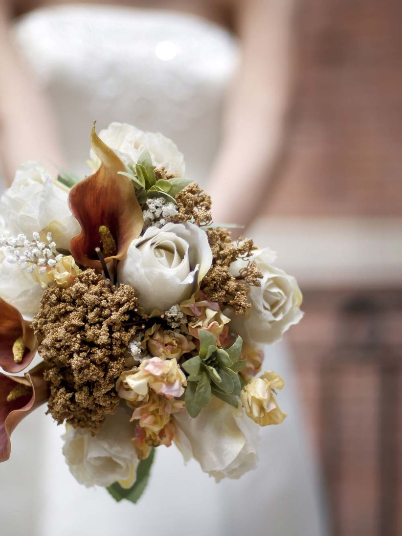 seasonal-wedding-flowers-in-neutral-or-earthy-hues-would-be-ideal-for-an-autumn-bouquet