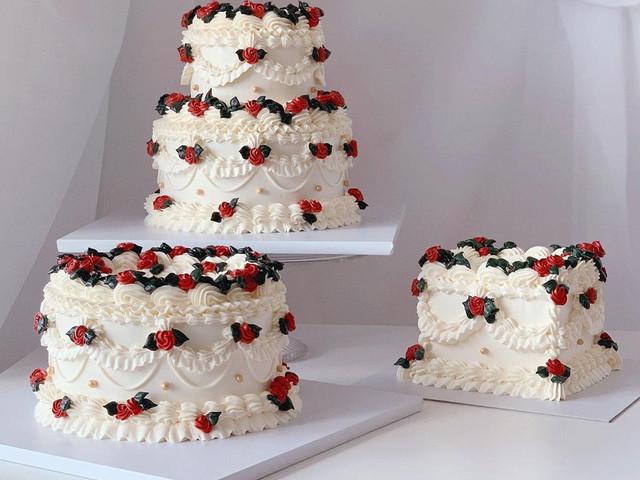 17 Instagram-Worthy Kitsch Wedding Cakes for Retro Couples