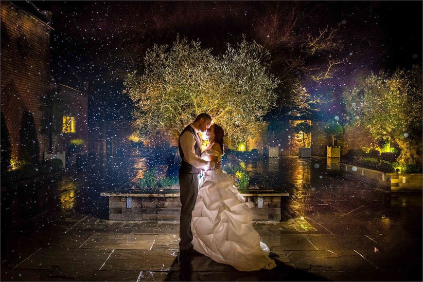 bride-and-groom-kissing-in-the-rain-2