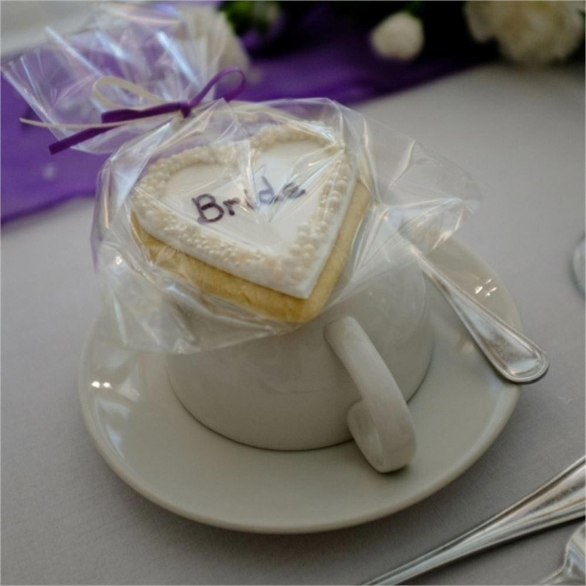 wedding-biscuits-as-place-cards