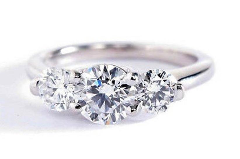 5.-white-gold-engagement-rings-round-brilliant-cut-vintage-style-diamond-three-stone-18K-white-gold-amazon