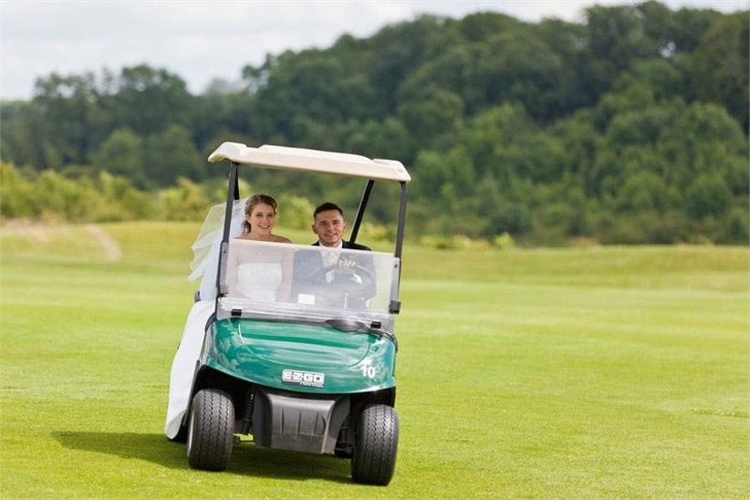 wedding-couple-in-a-golf-buggy