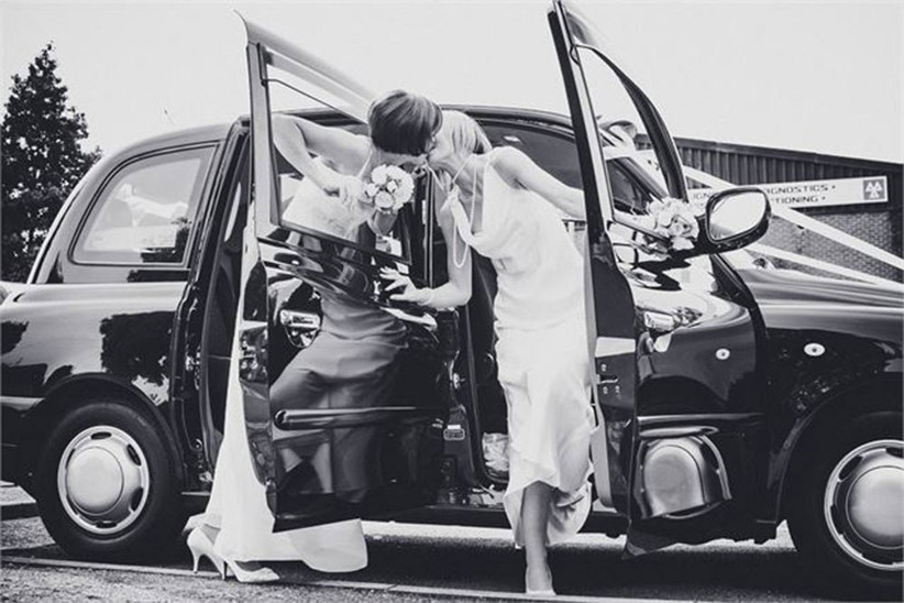 brides-kissing-by-a-black-taxi-2