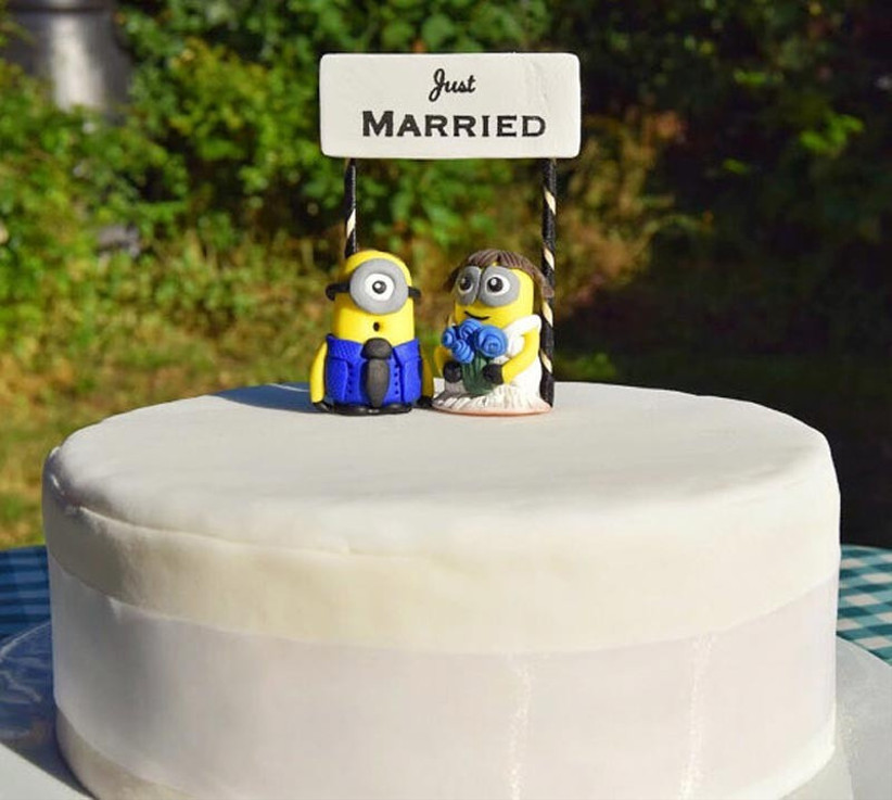 awesome-wedding-cake-toppers-for-tv-and-film-buffs-despicable-me-minions-cake-topper