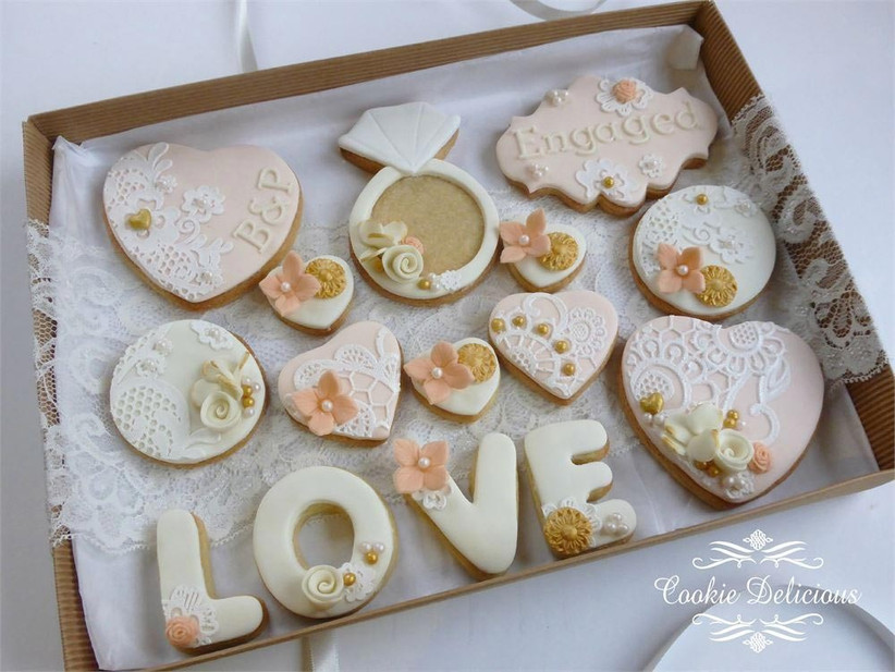 wedding-biscuits-decorated-in-neutral-colours