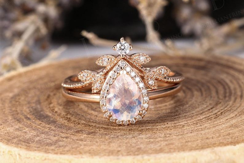 Pear shape gold engagement ring