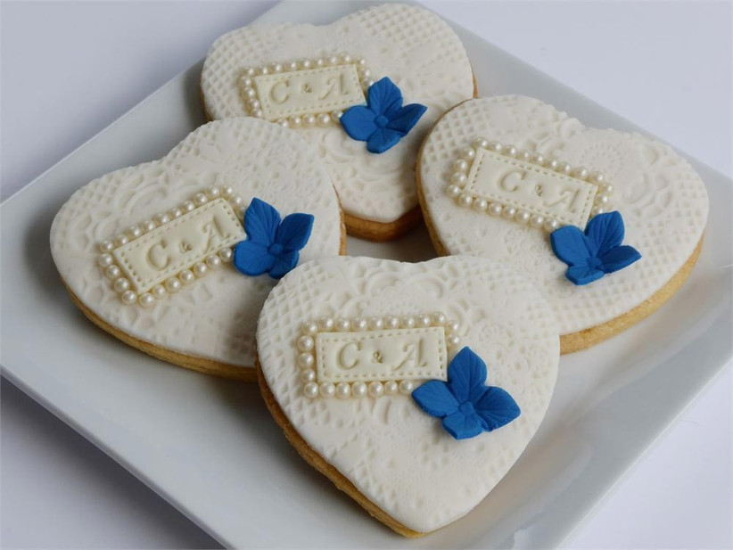 vintage-style-wedding-biscuits-with-blue-detail