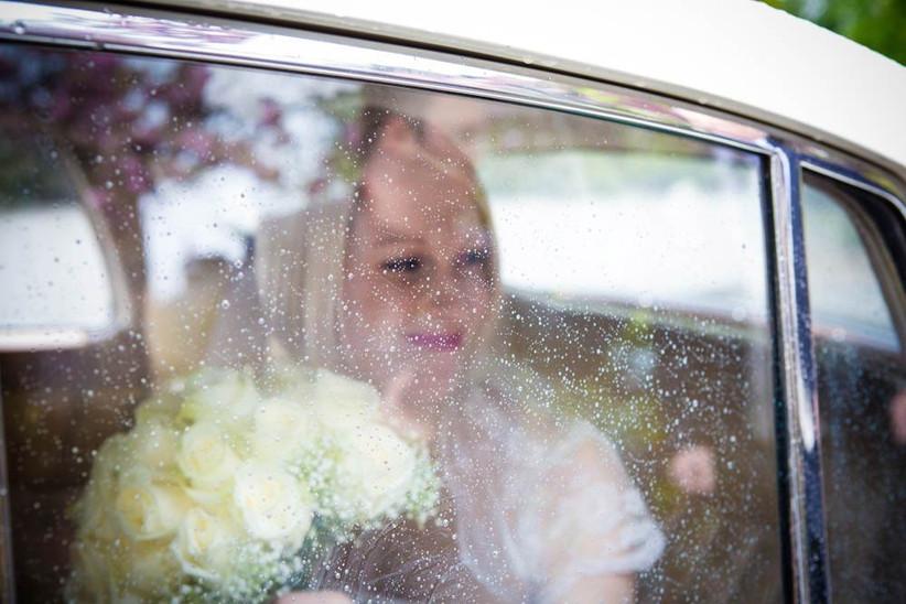 beautiful-rainy-wedding-photography-bride-in-wedding-car-2