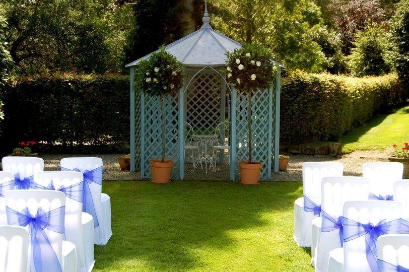 Outdoor weddings in the garden
