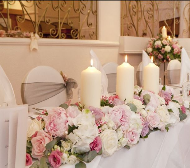 Pink & ivory top table flowers