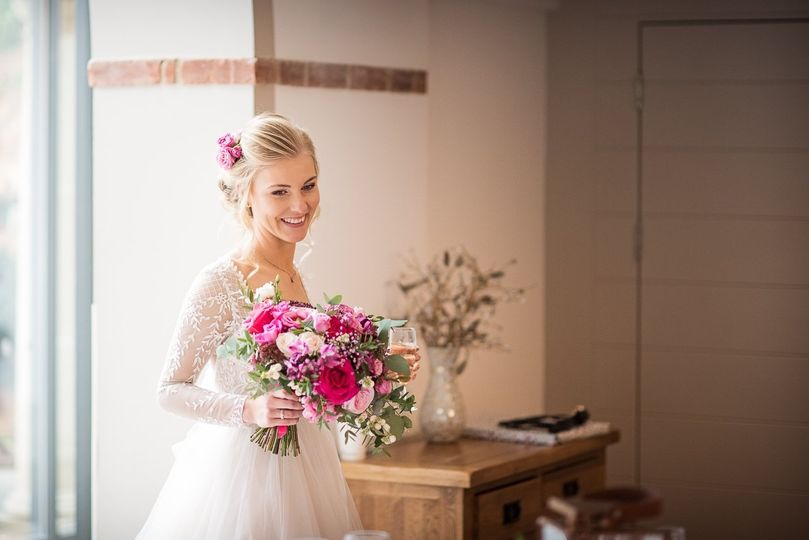 Bride with shades of pink bouquet