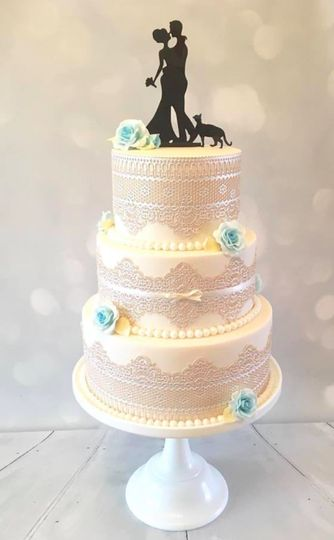 Lace and sillhouette cake