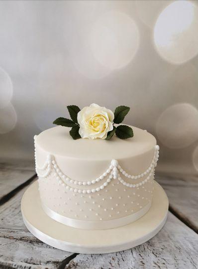 Single-tier wedding cake