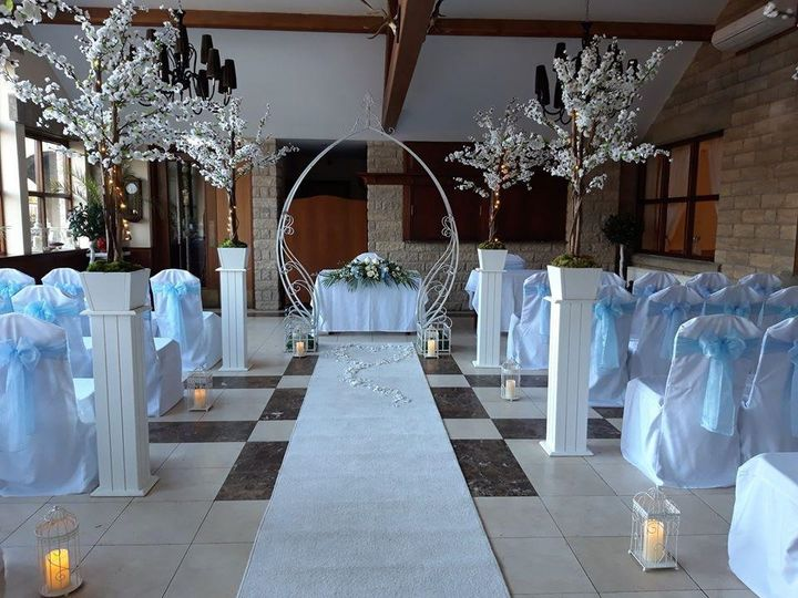 Rustic and romantic ceremony decor