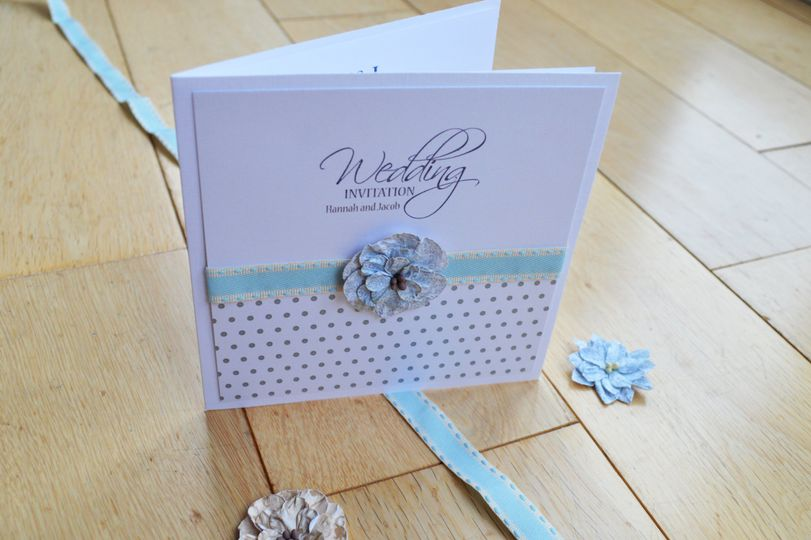 Dots and daisies invite linen