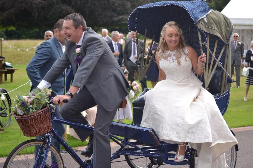 the best man delivers the bride in a rickshaw bike 4 162677