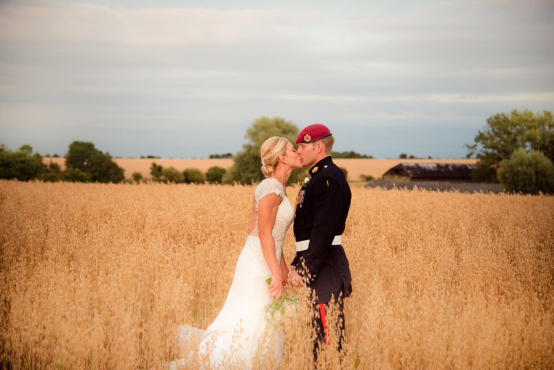 Kissing in a field - Dotty Photography