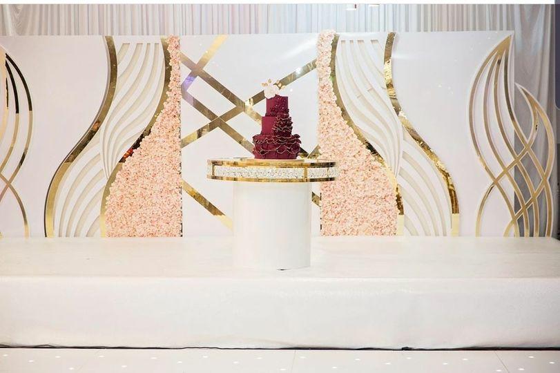 Elegant wedding cake table