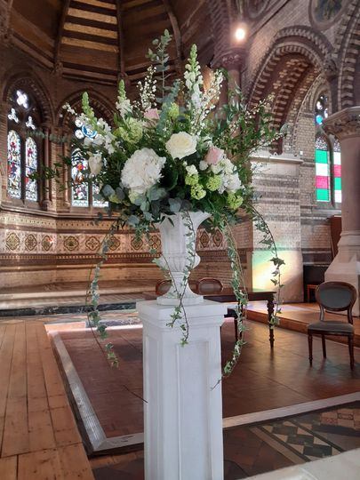 Urn pedestal arrangement