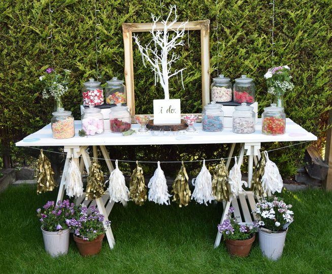 Outdoor garden sweet table