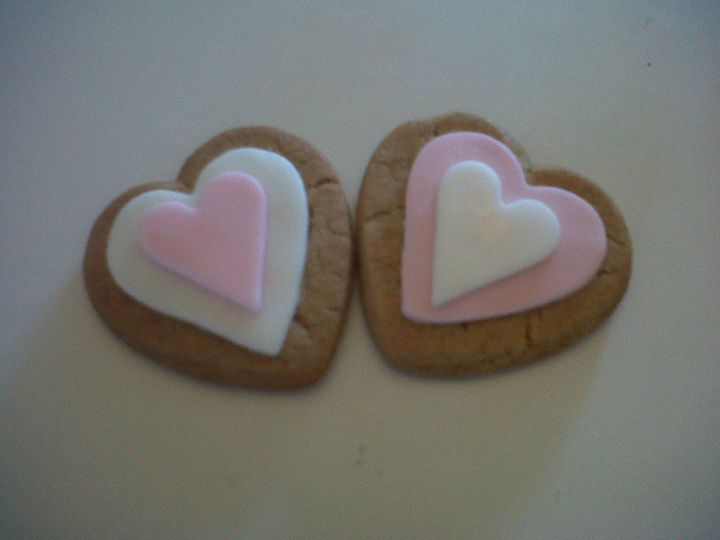 2 x mini hearts with two tone icing (gingerbread flavour)