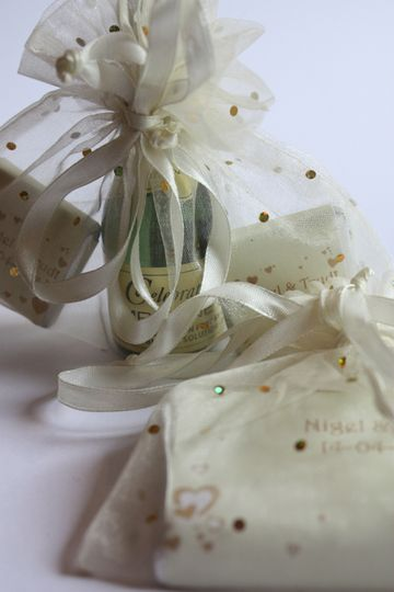 Champagne bubbles and 5 gram choc bars in organza bags